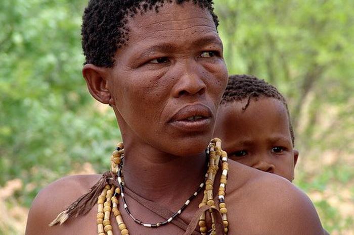 Женщина с ребенком из племени кунг
