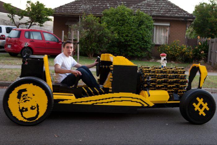 Автомобиль, собранный из деталей конструктора LEGO