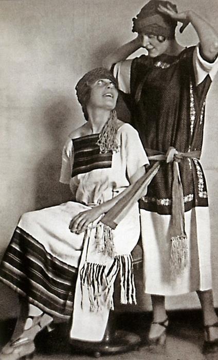 Народные костюмы, позируют Лиля Брик и ее сестра Эльза Триоле