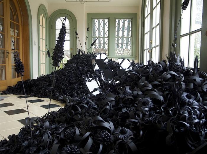 Цветочная инсталляция черного цвета