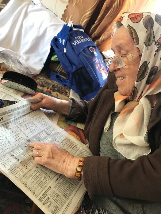 Лидия Волкова читает спортивную страничку в газете. Фото: sport24.ru