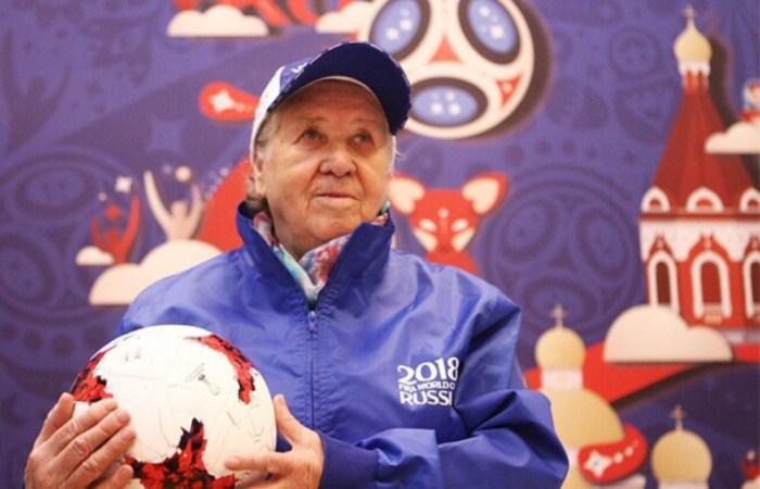 Лидия Волкова стала волонтером футбольного чемпионата в 86 лет. Фото: worldcup2018.tass.ru