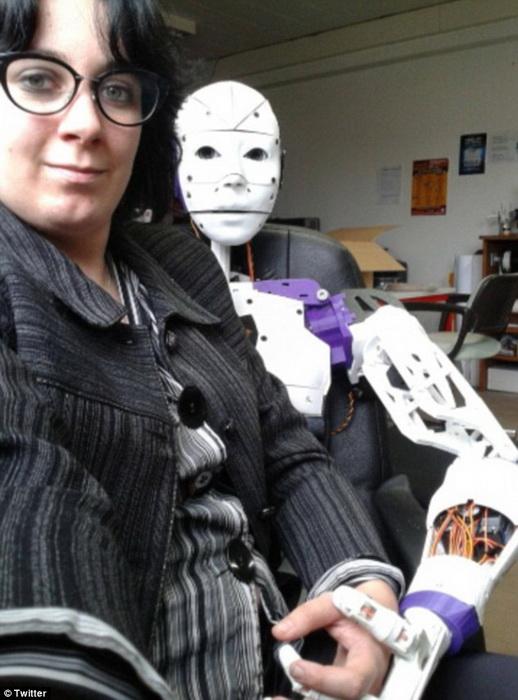 Лилли мечтает узаконить брак с роботом
