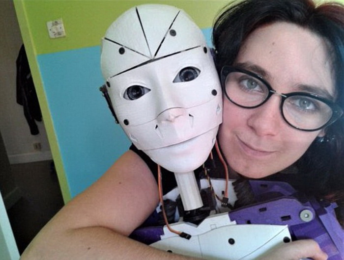Роман с роботом: француженка распечатала себе возлюбленного на 3D-принтере