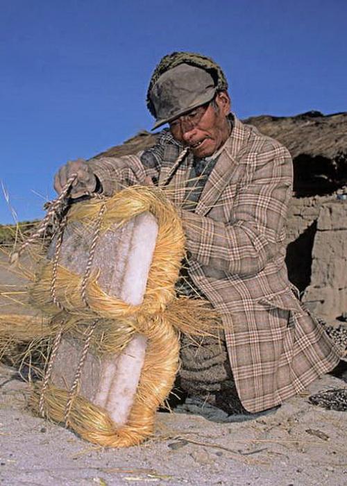 Каждый брусок соли аккуратно заворачивают в сухую траву и перевязывают веревкой