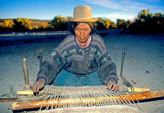 Из шерсти лам ткут пряжу и делают одеяла