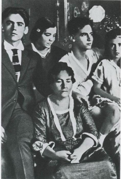 Федерико Гарсиа Лорка с матерью, братом Франсиско, сестрами Исабелью и Кончей. Фото: diletant.media