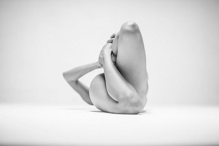 Минималистические фотографии обнаженных тел от Lovis Ostenrik
