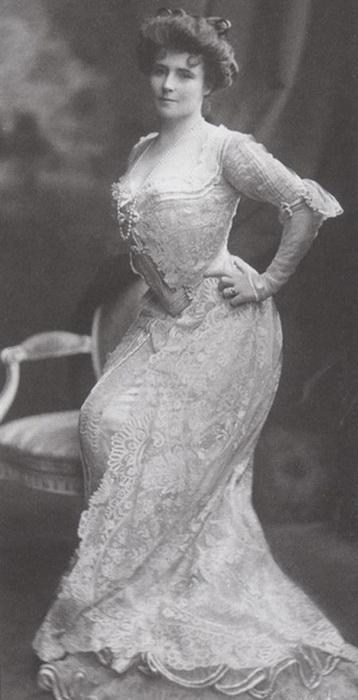 В платье, созданном Люсиль, позирует ее младшая сестра Элионор Глин