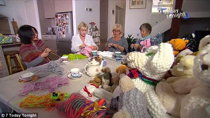 Женщины с удовольствием вяжут игрушки для детей.
