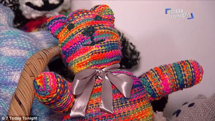 Красочные вязаные игрушки помогут детям хоть ненадолго забыть о войне.