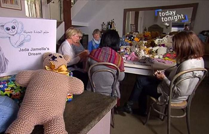 Вязаные игрушки для детей-переселенцев из Сирии.