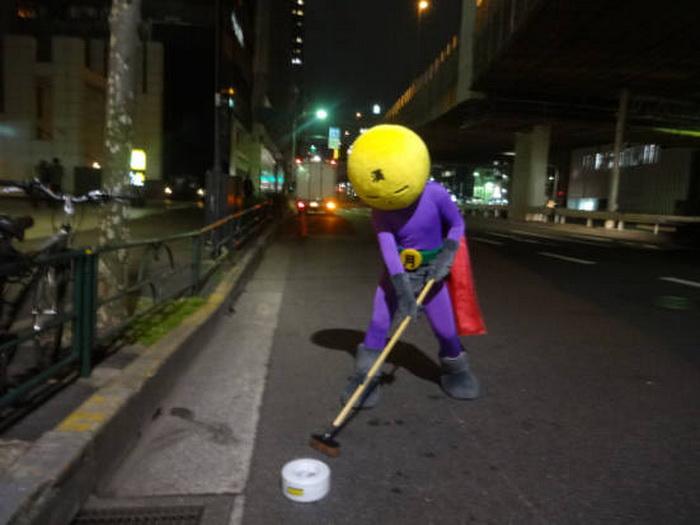 Mangetsu Man убирает улицы Токио