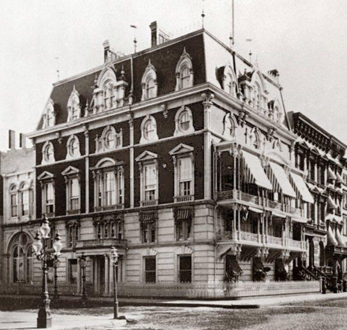 Дом, в котором располагался клуб «Манхэттен».