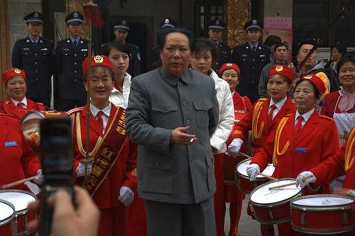 Чэнь Янь копирует поведение Мао Цзэдуна