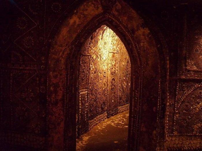 Стены и потолок грота украшены ракушками