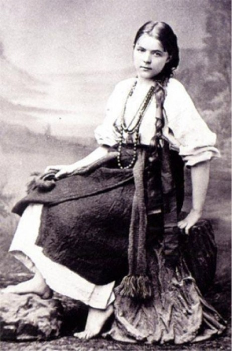 Мария Башкирцева в костюме деревенской девушки