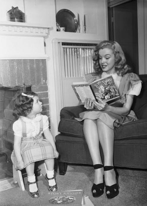 Мэрилин Монро читает ребенку