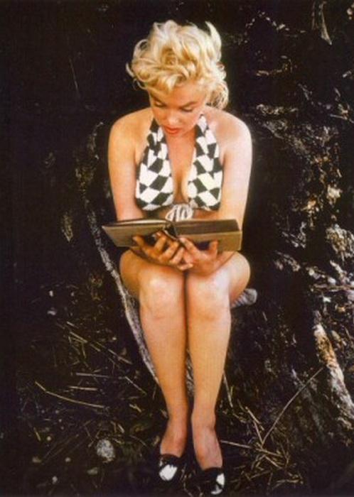 Мэрилин за чтением. Фотография Евы Арнольд