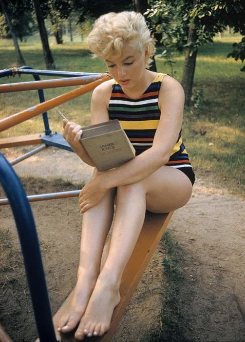 Мэрилин Монро читает роман Джойса. Фотография Евы Арнольд