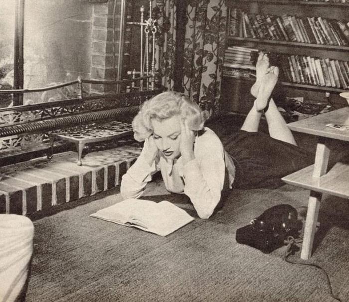 Мэрилин Монро с удовольствием позировала с книгами