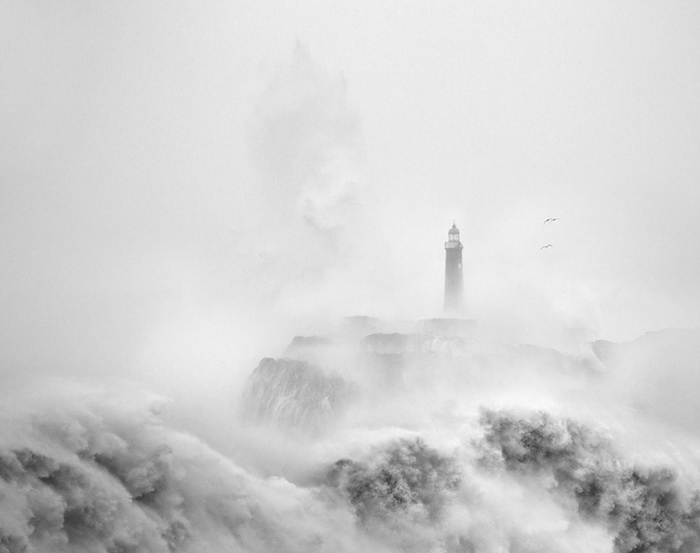 Одинокий маяк в плену стихии: фотоцикл от Марины Кано (Marina Cano)