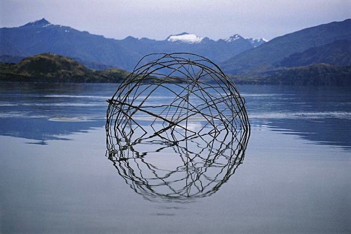 Сфера из кануки: Лэнд-арт от Филиппа Джонса (Philippa Jones) и Мартина Хилла (Martin Hill)