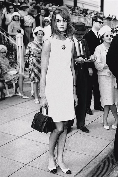 Английская модель Джин Шримптон в платье мини, 1965 год