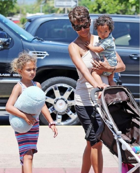 Киноактриса Холли Берри с двумя детьми. Фото: UaUa.INFO