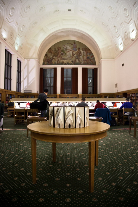 Инсталляция из книг от Math Monahan установлена в библиотеке Мичиганского университета