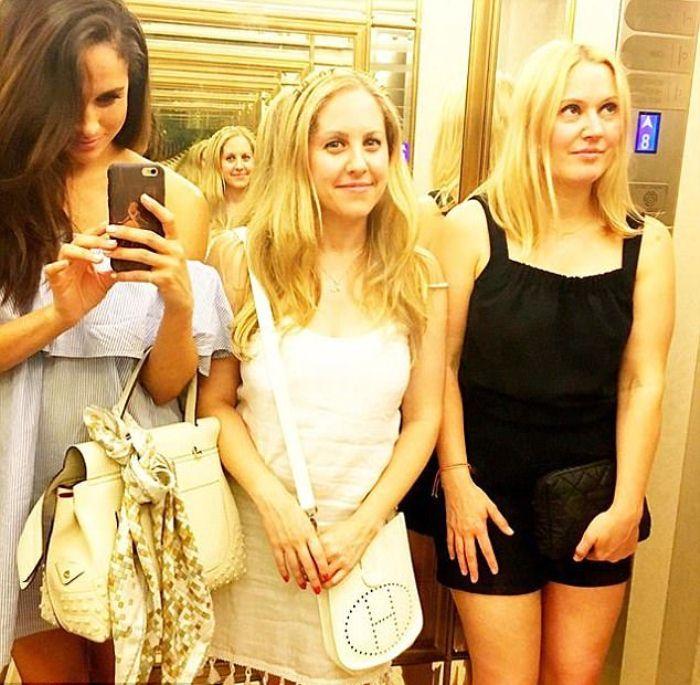 Селфи с подругами в лифте отеля.