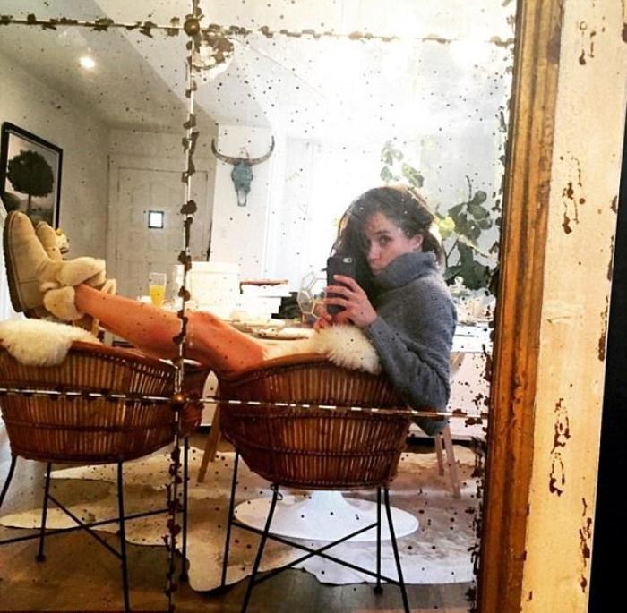 Селфи в старом зеркале, которое стояло в комнате Меган напротив обеденного стола.