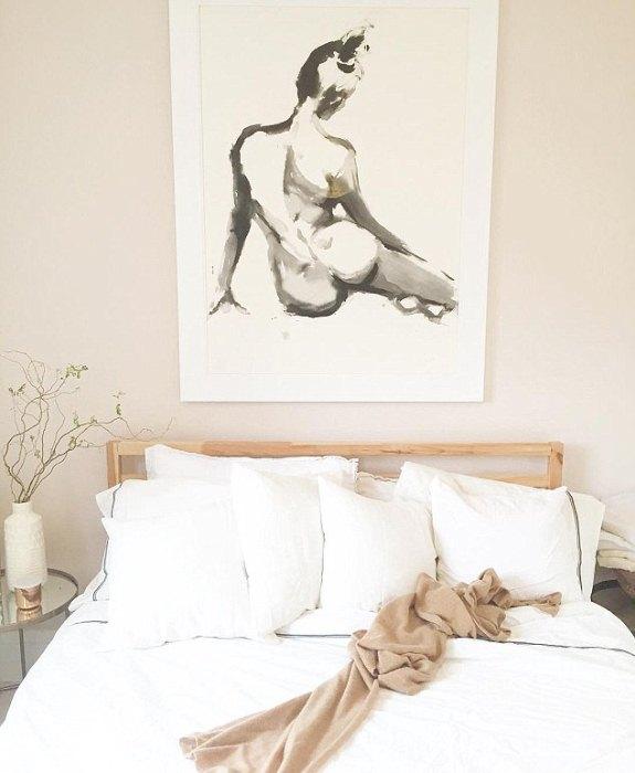 Над кроватью Меган - картина современного акварелиста из Нью-Йорка Inslee Fariss, стоимость которой оценивают в 650 долл.