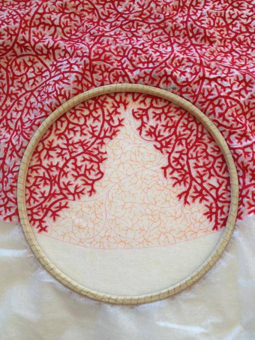 Красная вышивка на ткани