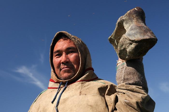 Анатолий Худи с костью мамонта