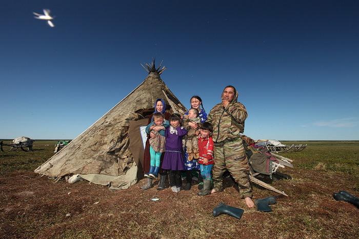 Ненецкая семья возле чума