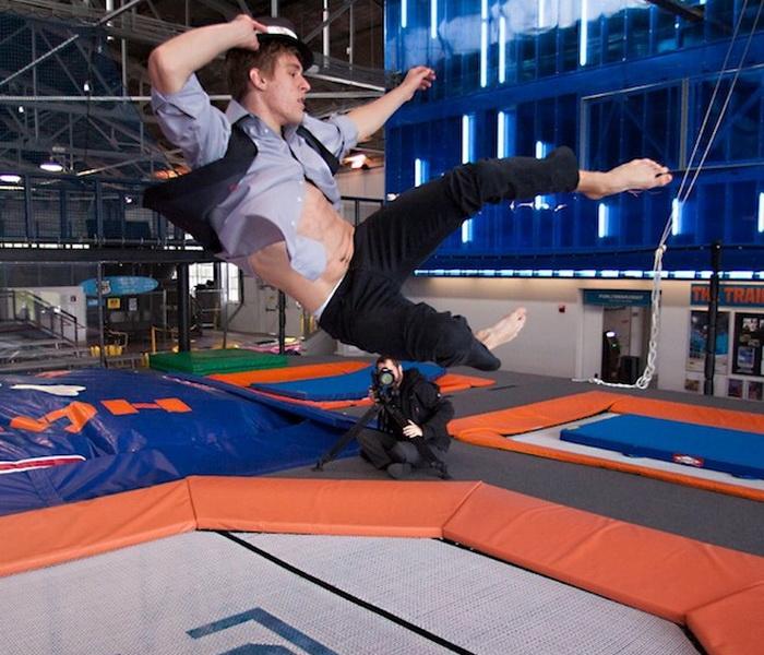 Для создания картин Мишель Джадер наблюдала за прыжками моделей на батуте