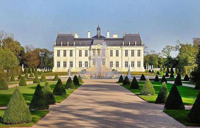 Дворец во Франции, купленный Мухаммедом, напоминает по своей стилистике Версальский дворец.