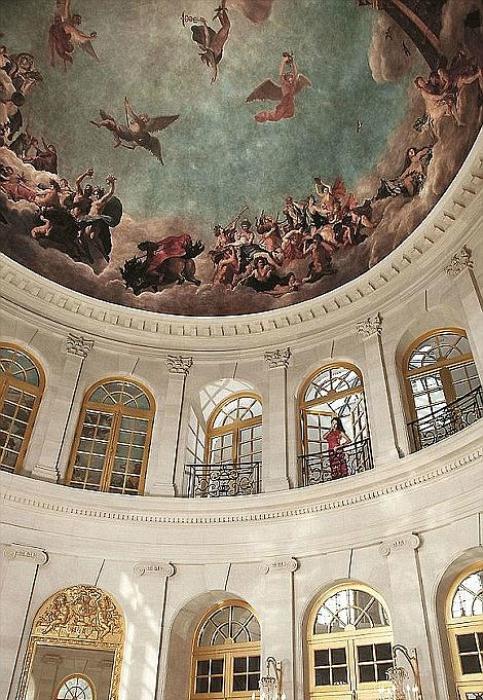 На потолках особняка - фрески, стилизованные под живопись XVII века.