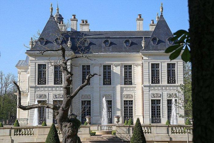 Особняк, построенный в стиле Версальского дворца.