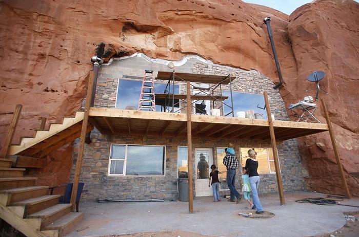 Поселение мормонов в штает Юта: двухэтажный коттедж, вырезанный в скале