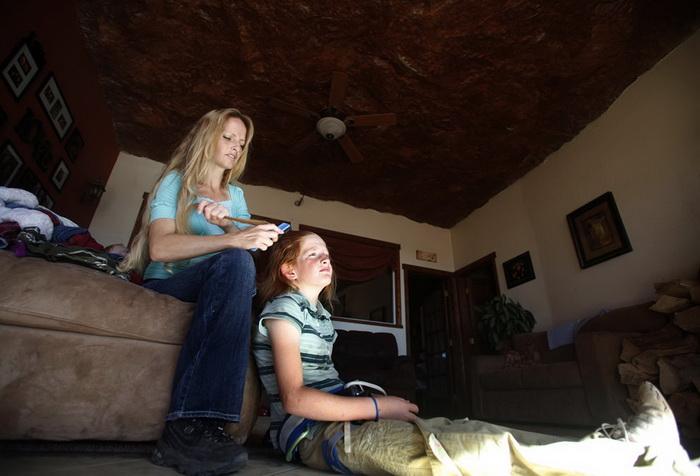 Дома мормонов вырезаны в скале, здесь есть все удобства: свет,электричество, Интернет
