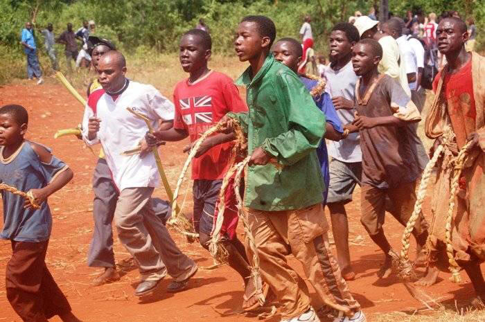 Мвака Когва: в борьбе банановыми стеблями принимают участие не только взрослые мужчины, но и подростки
