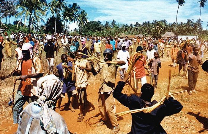 Мвака Когва: борьба банановыми стеблями среди мужчин