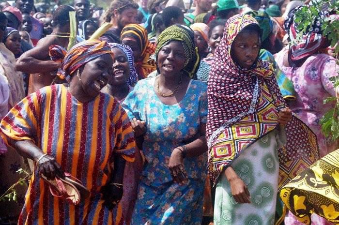Во время празднования Мвака Когва женщины поддерживают мужчин пением