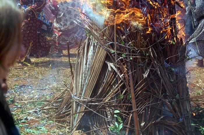 Завершается Мвака Когва сожжением символического дома из соломы