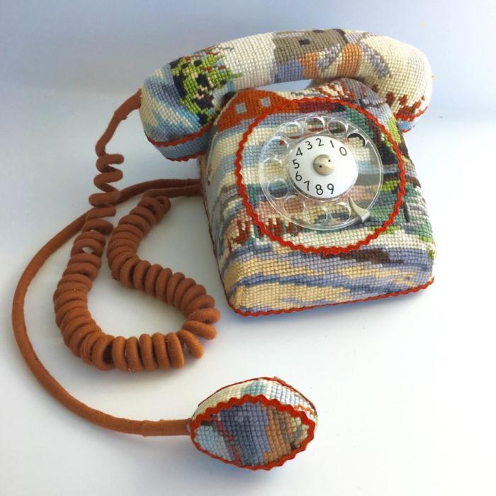 Телефон в стиле поп-арт.
