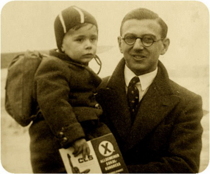 Николас Уинтон с ребенком на руках