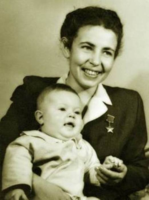 Полина Гельман с ребенком. Фото: library.fa.ru