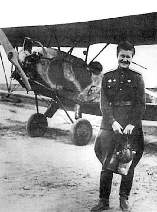 Раиса Аронова у самолета. Фото: mos-dv.ru